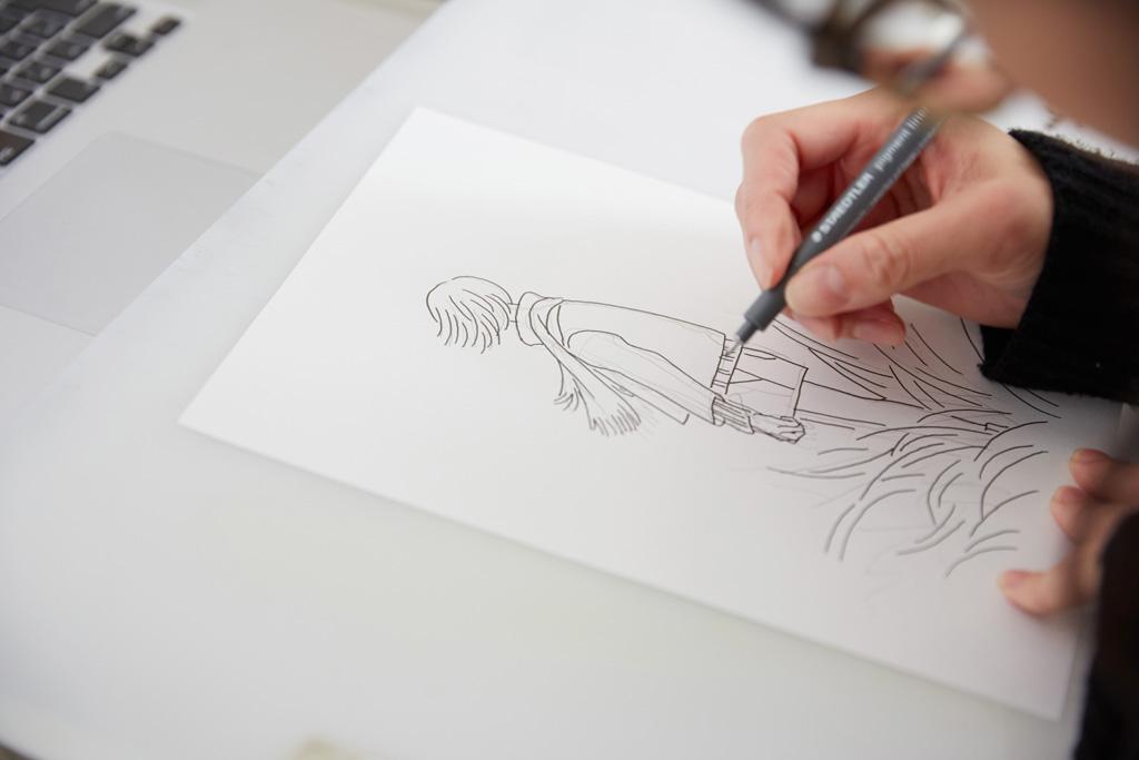 女の子のイラストを描く惣田さん